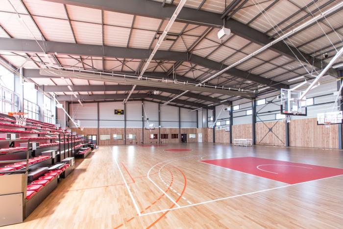 Salle de sports à La Chaize Giraud Arcadial Production charpentier fabricant de bâtiments ossature bois